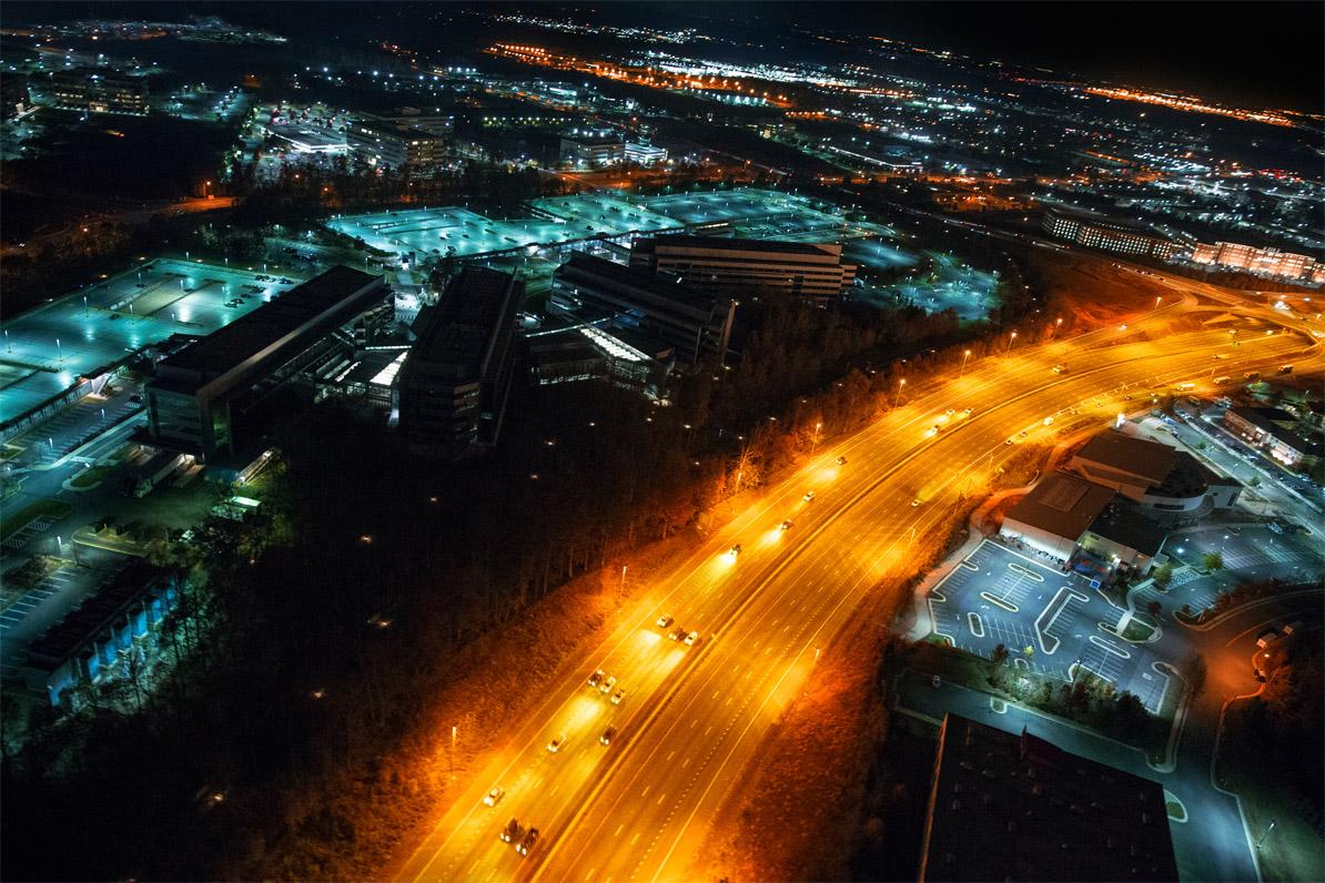 Hauptquartier des National Reconnaissance Office von oben aus einem Hubschrauber heraus bei Nacht aufgenommen