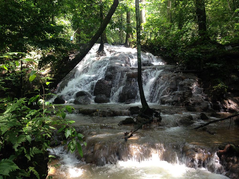 Nachmittags besuchen wir noch einen Wasserfall und eine buddhistische Anlage, die ich hier erstmal ausklammere – das war einfach viel zu schräg, als dass ich es noch in diesen Beitrag reinwerfen könnte...