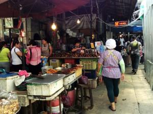 Nach Sonnenuntergang begeben sich Bangkoker und Touris auf die Jagd nach Street Food