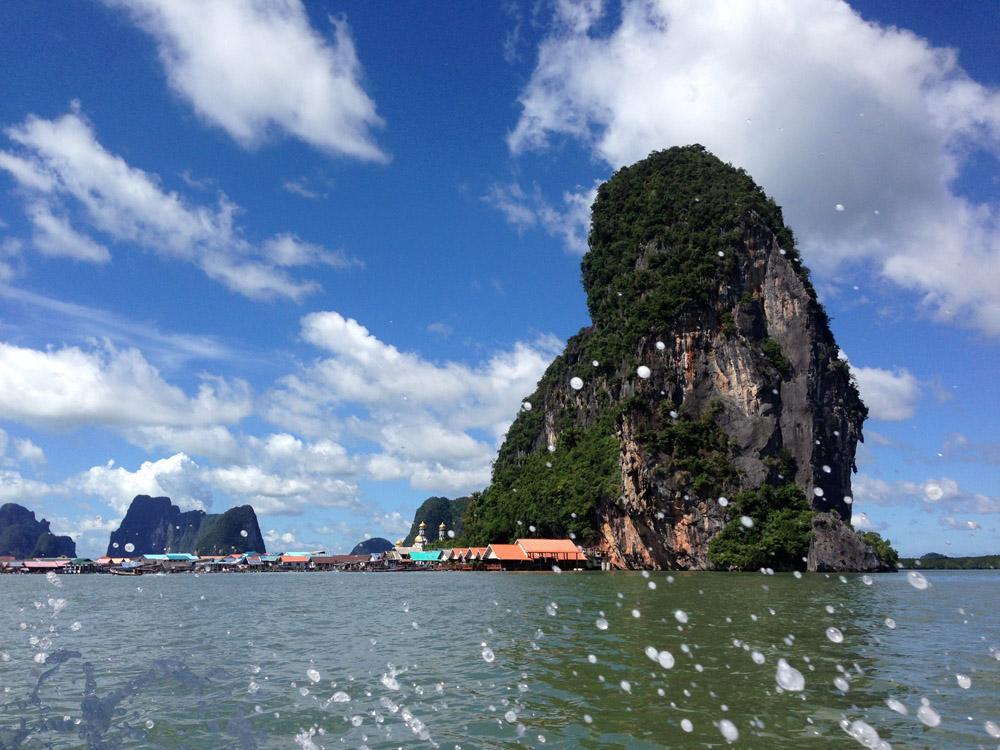 Und dann auf zwei Speedboats durch das Flussdelta, dass reichlich mit interessanten Felsformationen dekoriert ist