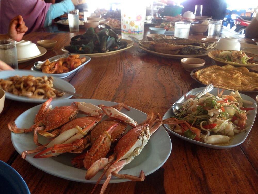 Lunch. An See Food kann ich mich nicht recht gewännen, aber der Fisch ist fein.