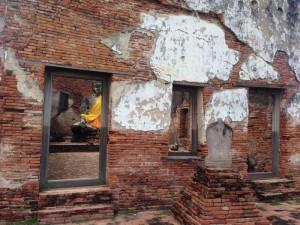 Vielen Buddha-Statuen wurde von den Birmesen der Kopf abgetrennt, aber diese ist noch intakt – und traditionell gekleidet.