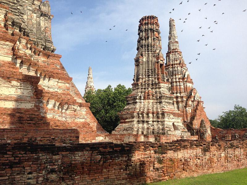 Wat Chai Watthanaram – die buddhistische Tempelanlage wurde um 1630 im Stil der Khmer erbaut. Die kleineren, aufstrebenden Kapellen nennt man Chedis.