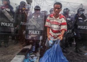 """Aus der Serie """"Thailands road to democracy"""" von Sinai Dithajohn, präsentiert in der Street Photography-Ausstellung in den Zwischenetagen das bacc"""