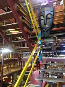 Treppe dekoriert mit (afrikanischen?) Kunstwerken