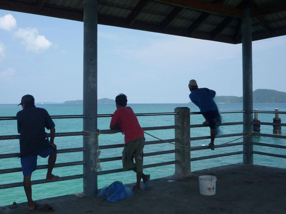 Einen Strand weiter schauen Fischer (Arbeiter?) in die Ferne