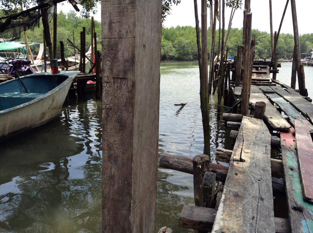 Zuerst verfahren wir uns zwei bis drei Mal, kommen dafür aber an einem hübschen kleinen Fischerhafen mit abenteuerlichen Stegen vorbei.
