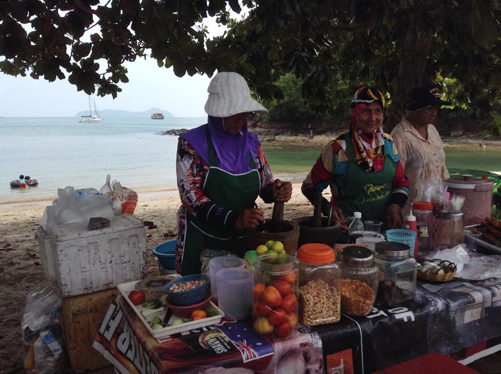... zum Strand. \o/ Auch für das Mittagessen ist gesorgt – es gibt frischen Papaya-Salat mit Klebreis.