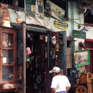 Schräger Laden oder nach Außen wucherndes Wohnzimmer? Nicht immer leicht festzustellen in Yangon...