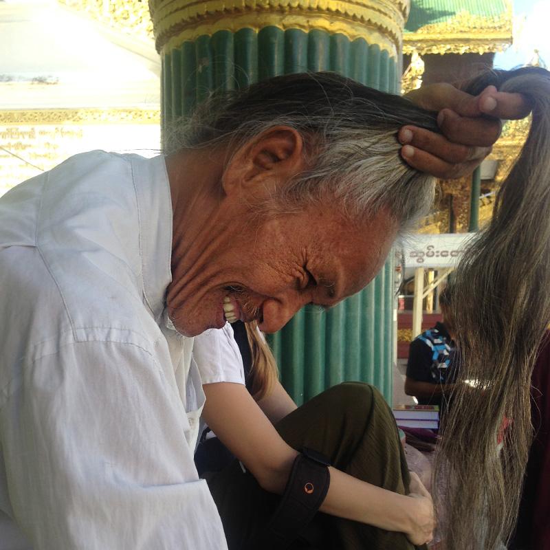 Guide an der Shwedagon-Pagode, dem religiösen Zentrum des buddhistischen Landes