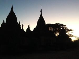 Zu den Sonnenauf- und -untergängen steigen wir über Innen- und Außentreppen auf einige der Tempel.