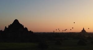 Jeden Morgen steigen zum Sonnenaufgang Leißluftballons über der Tempelstadt auf.