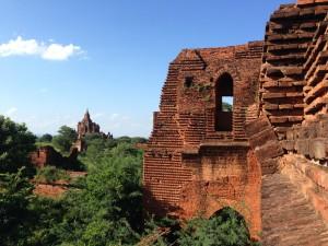 """Ein unglaublich schöner – wenn auch sehr touristischer Ort. Die riesigen Wohlstandsunterschiede führen zu aggressiven Verkaufsmethoden seitens der Burmesen: Psychotricks, bettelnde Kinder und tausendfaches """"Where are you from?"""", dass nahezu immer """"Give me money"""" heißt..."""