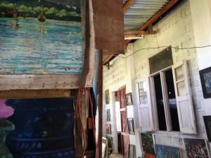 Manche Galerien findet man sogar, ohne sie zu suchen – wie diese am Inle Lake, die aus einem Wohnzimmer hinaus wuchert.