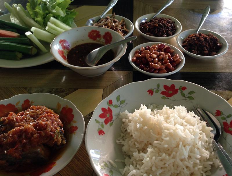 Curry mit vielen Beilagen – haltbar gemacht durch Einlegen oder Öl und Salz