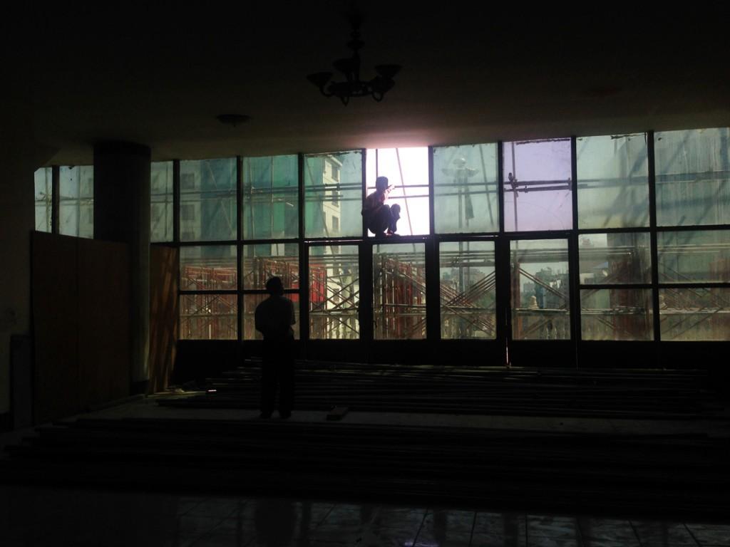 Bauarbeiter im Gegenlicht