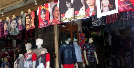 Oppositionsführerin Aung San Suu Kyi begegnet man überall in den Städten – zum Beispiel auf Shirts.