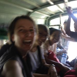 Im, am oder auf überfülltem Minibus ohne Fenster fahren