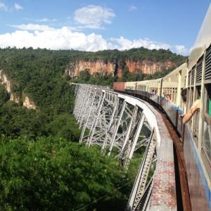 Die zu Kolonialzeiten gebaute Eisenbahnbrücke war zur Erbauungszeit die größte der Welt. Heute ist sie – wie das gesamte Schienennetz – in schlechtem Zustand.