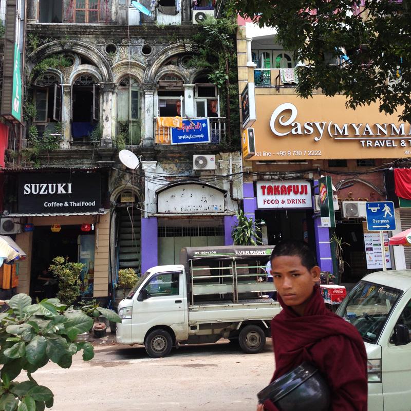 Mönche sieht man überall in Myanmar – eindeutig erkennbar an der dunkelroten Robe.