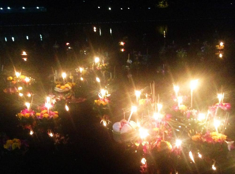 Heute ist Loi Krathong – ein thailändisches Lichterfeld. Das geht so: man wickelt ein Stück Bananenbaumstamm in Bananenblätter, befestigt möglichst viel florale Deko, Kerzen und Räucherstäbchen darauf, sucht nen Strand und lässt das ganze schwimmen. Bringt Glück.
