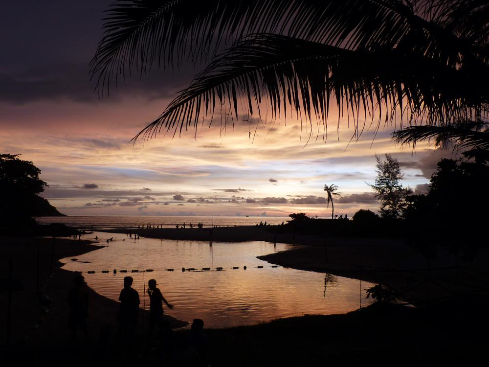 Bisher hielt ich das gerede von den ganz besonders beeindruckenden Sonnenunergängen in Südthailand für übertrieben – aber der heute heute war schon ziehmlich wow. Die riesige orange Sonne hinterließ ein beeindruckedes Farbspiel...