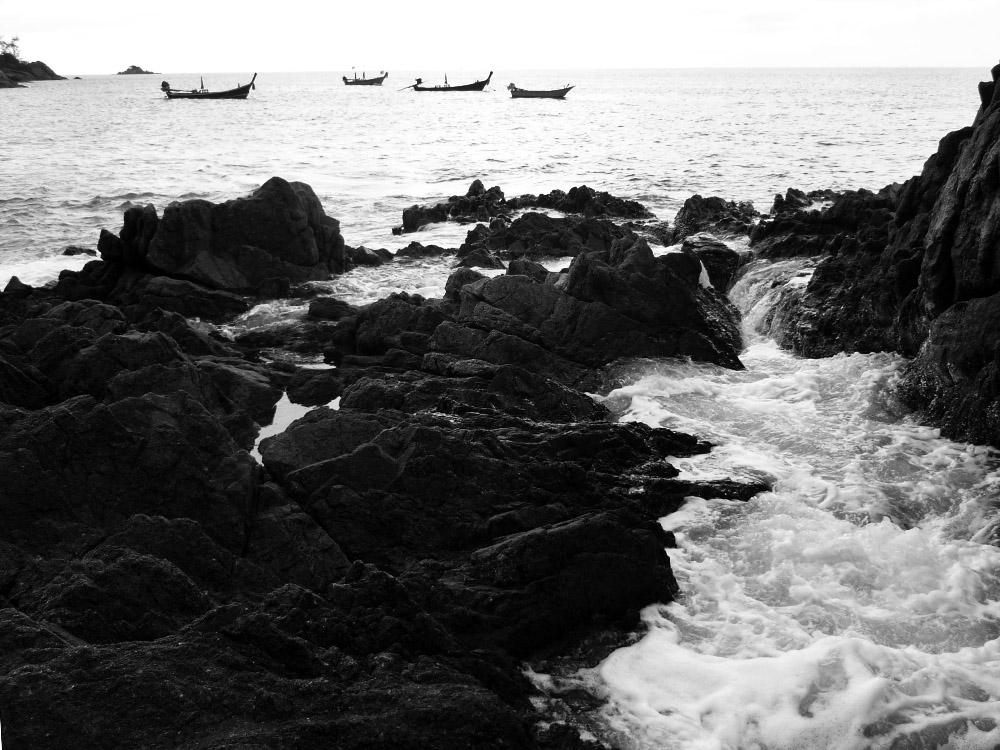 Meine Tage in Phuket nähern sich dem Ende und Nase putzen kann man auch am Strand! Also: ab zum Banana Beach! Da gibt's nicht nur weichen Sand sondern auch photogene Felsen zum rumklettern.
