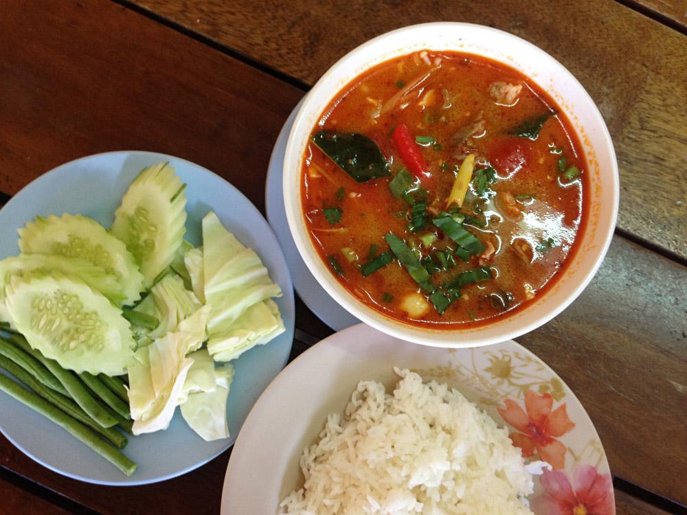 Tom Yam traditionell mit Gemüse und Reis in Plastikschalen serviert