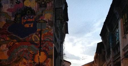Street Art und Gasse am frühen Abend