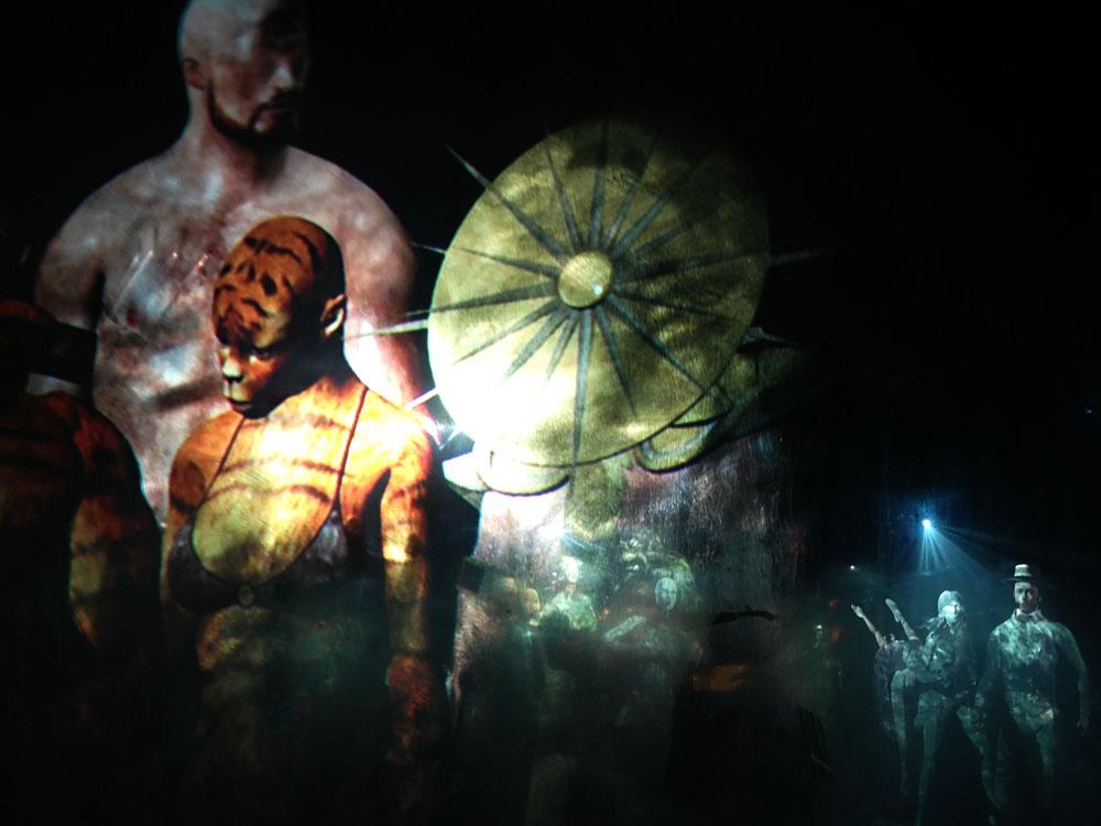 Mein Favorit: Ho Tzu Nyens intensive 6-Kanal-Videoarbeit auf spiegelnden Oberflächen zum Thema Justice