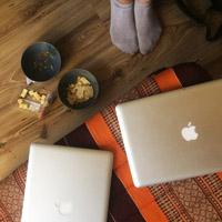 Rechner und Snacks im Wohnzimmer