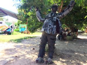 Skulptur mit erhobenen Armen