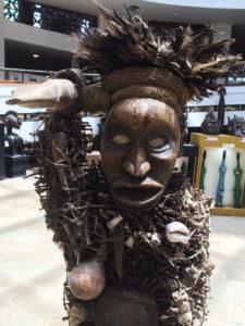 Dieser Typ Nagel-Fetischfigur wird Nkisi genannt – und so etwas gibt es anscheinend nur im Kongo (leider gibt es keine Angaben zum Herstellungszeitraum). Nkisi bedeutet Medizin. Hatte man Probleme wie Krankheiten oder Konflikte, wurden Nägel oder andere Metallobjekte dort hineingebohrt. Das aktiviert unseren gruseligen Freund…