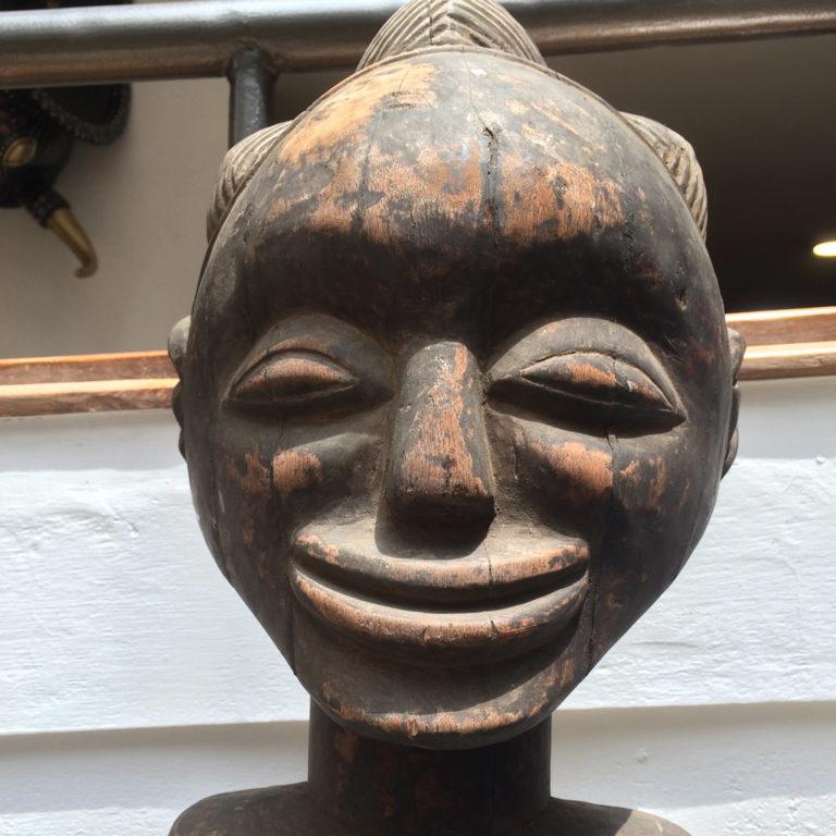 Dieser freundliche Herr stammt auch aus dem Kongo – genauer gesagt vom Stamm der Songye, die große Fans von Magie waren (und ggf. auch noch sind).