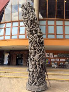 Ujamaa – Manchmal werden die Holzskulpturen als 'Family Tree' bezeichnet, allerdings ist es eher die ganze Community, die sich hier aufeinander stützt. Das Motiv wurde in 1960ern unter Einfluss der sozialistischen Politik vom Stamm der Makonde entwickelt.